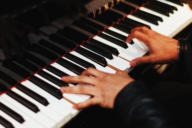 klavir pijanista koncert foto ilustracija