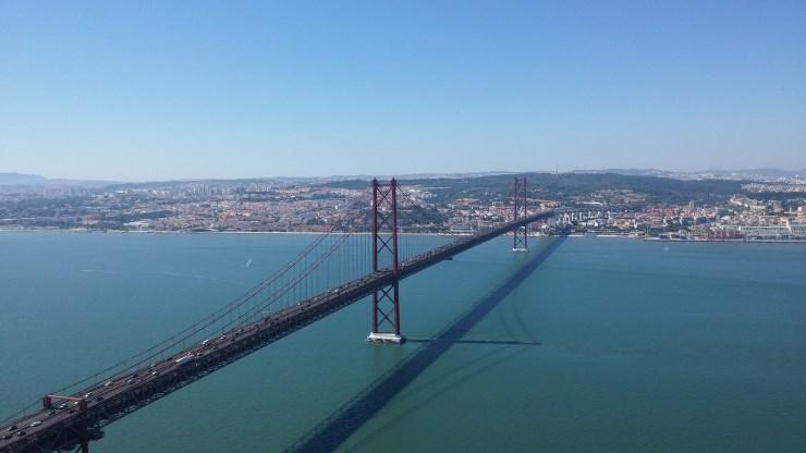 Pogled na most 25 de Abril sa spomenika Cristo Rei Foto: Dejan Jeftić