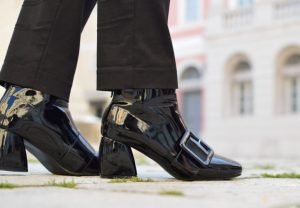 lakovana koza, kozne cipele foto unsplash