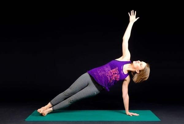 devojka plank vežbanje