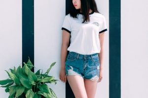 bela majica i teksas sorts foto unsplash