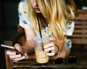 mobilni telefon smartphone igrice foto unsplash