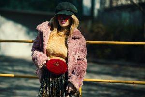 bunda od vestackog krzna u boji foto pexels