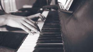koncert pijanistkinja foto unsplash