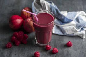 maline i jabuke crveni smuti u casi foto unsplash