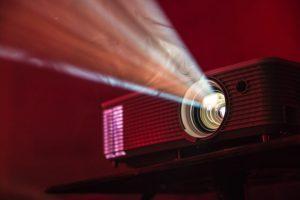 projekcija film filmski festival foto unsplash alex litvin