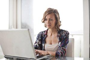 devojka programiranje laptop tech foto pexels