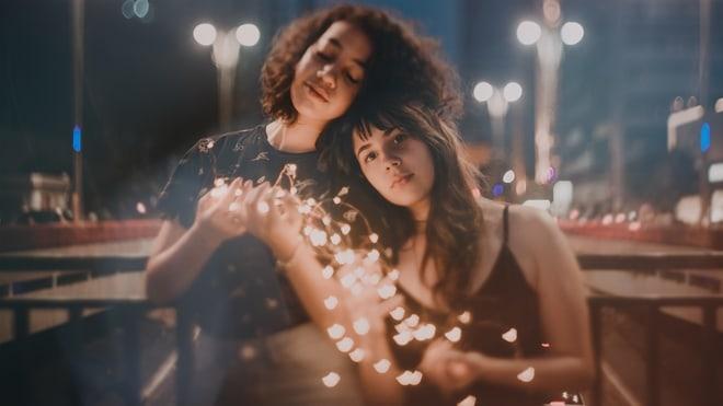 zagrljaj, prijatelj, ljubav foto pexels
