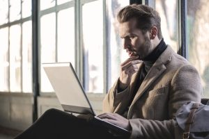 laptop, zbunjen, internet, skracenice koje treba da znate Foto Unsplash