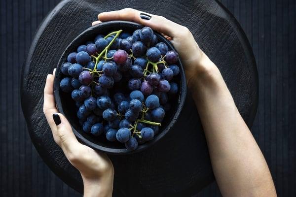 plavo i ljubicasto voce i povrce grozdje Foto Unsplash